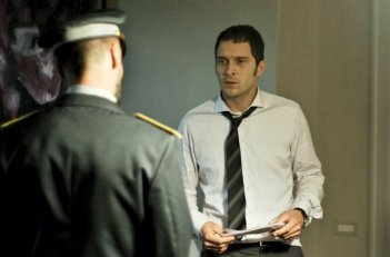Il venditore di medicine: Claudio Santamaria in un momento del film