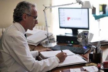 Il venditore di medicine: Marco Travaglio nei panni del professor Malinverni in una scena