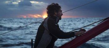In solitario: François Cluzet in mare al tramonto