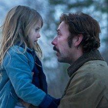 Nobody Owns Me: Mikael Persbrandt con la piccola Ping Mon Wallén in una scena