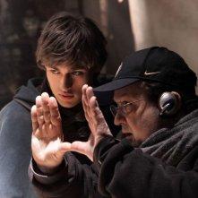 Romeo & Juliet: Douglas Booth sul set con il regista Carlo Carlei