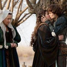 Romeo & Juliet: i protagonisti Hailee Steinfeld e Douglas Booth in una scena con Lesley Manville