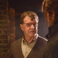Sleepy Hollow: John Noble nel sesto episodio della prima stagione The Sin Eater