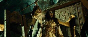 Carmen Maura in una scena bizzarra de Las brujas de Zugarramurdi