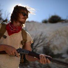Mojave: Garrett Hedlund nel deserto col fucile in mano