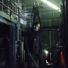Arrow: Navid Negahban e Caity Lotz in una scena dell'episodio della stagione 2, League of Assassins