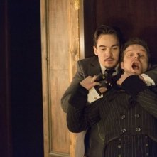 Dracula: Jonathan Rhys Meyers e Alec Newman nell'episodio From Darkness to Light