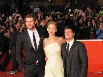 Hunger Games: la ragazza di fuoco, Liam Hemsworth con Josh Hutcherson, Jennifer Lawrence sul red carpet di Festival di Roma 2013