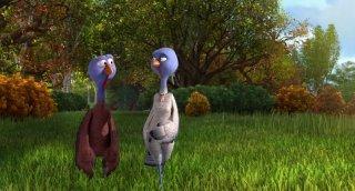 Free Birds: due dei simpatici tacchini passeggiano in una scena del cartoon
