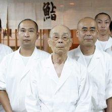 Jiro e l'arte del sushi: lo chef ottantacinquenne Jiro Ono, il miglior creatore di sushi del mondo con il suo staff in una scena