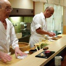 Jiro e l'arte del sushi: lo chef ottantacinquenne Jiro Ono insieme al figlio in una scena del documentario