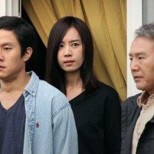 Red Family: Son Byeongho in una scena del film con Kim Yumi e Jung Woo