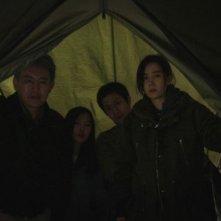 Red Family: Son Byeongho in una scena del film con Kim Yumi, Park Soyoung e Jung Woo