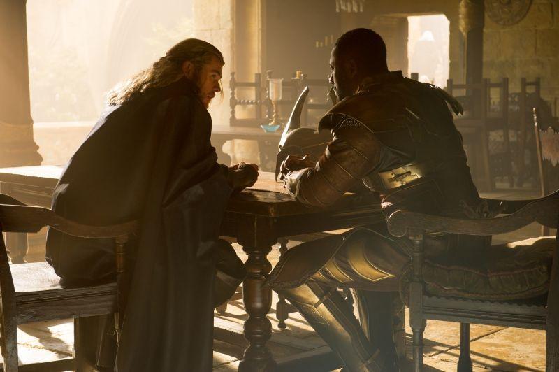 Thor The Dark World Chris Hemsworth Nei Panni Di Thor In Una Scena Del Film Insieme A Idris Elba Hei 292325