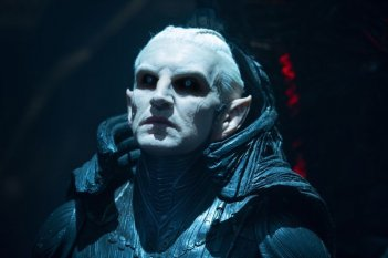 Thor: The Dark World, Christopher Eccleston è Malekith in una scena del film