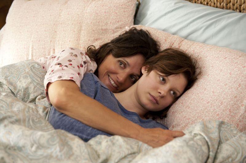 Enough Said Julia Louis Dreyfus In Una Tenera Scena Del Film Con Tracey Fairaway 292765