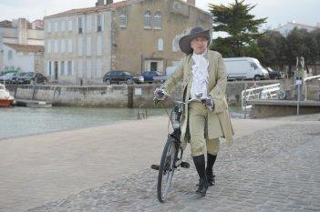 Fabrice Luchini in costume in una scena di Molière in bicicletta