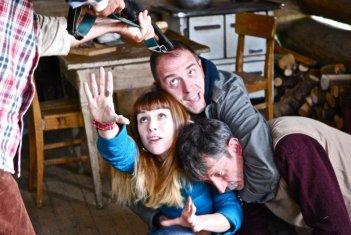 La sedia della felicità: Valerio Mastandrea con Isabella Ragonese e Roberto Abbiati in una rocambolesca scena del film