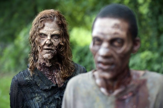 The Walking Dead: due spaventosi Erranti in una scena dell'episodio L'esca