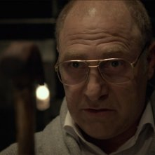 Big Bad Wolves: Tzahi Grad in una scena del film