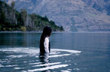 Jacqueline Joe in una suggestiva scena della serie-tv Top of the Lake