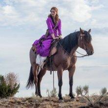 Sweetwater: January Jones a cavallo in una scena del film