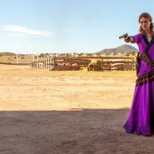 Sweetwater: January Jones punta la sua pistola in una scena del film