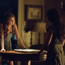 The Vampire Diaries: Janina Gavankar e Nina Dobrev in una scena dell'episodio Death and the Maiden