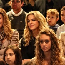 Indovina chi viene a Natale?: Claudia Gerini in una scena affollata