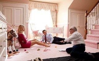 Leonardo DiCaprio riceve istruzioni da Martin Scorsese sul set di The Wolf of Wall Street