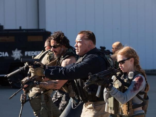 Sabotage: Arnold Schwarzenegger, Mireille Enos e Joe Manganiello avanzano armati in una scena