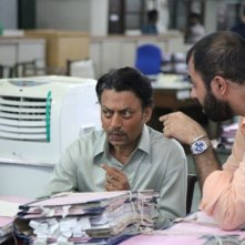 The Lunchbox: il regista Ritesh Batra con Irrfan Khan sul set