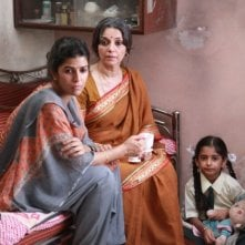 The Lunchbox: la bella Nimrat Kaur con Lillete Dubey in una scena
