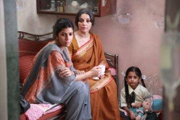 The Lunchbox: la bella Nimrat Kaur con Lillete Dubey in una scena