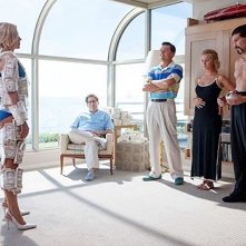 The Wolf of Wall Street: Leonardo DiCaprio e Jonah Hill rivestono Margot Robbie di soldi