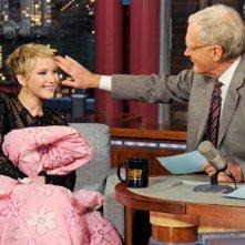 Jennifer Lawrence e David Letterman al Late Show With David Letterman (2013) sotto la coperta rosa