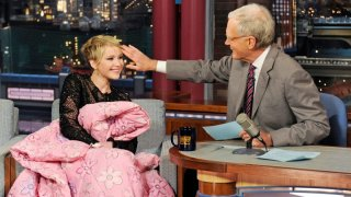 Jennifer Lawrence e David Letterman al Late Show With David Letterman (2013) sotto la coperta rosa