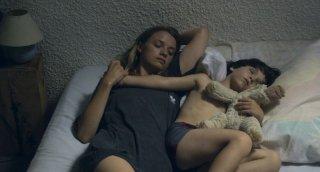 Suzanne: Sara Forestier nei panni di Suzanne insieme al piccolo Charlie in una scena