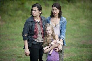The Walking Dead: Audrey Marie Anderson, Alanna Masterson e Meyrick Murphy in una scena dell'episodio Peso morto