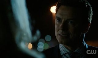 Arrow: John Barrowman in una scena dell'episodio della stagione 2, State v. Queen