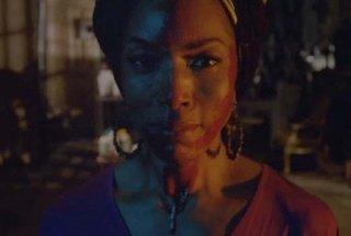 Angela Bassett in un'immagine dell'episodio The Dead, della terza stagione di American Horror Story