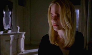 Sarah Paulson in un'immagine dell'episodio The Dead, della terza stagione di American Horror Story