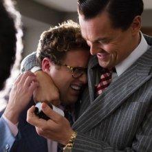 The Wolf of Wall Street: Leonardo DiCaprio abbraccia Jonah Hill