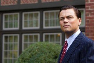 The Wolf of Wall Street: un primo piano di Leonardo DiCaprio preoccupato per gli eventi