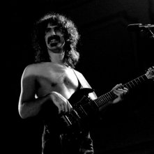 Frank Zappa (1940 - 1993) durante una performance in Germania