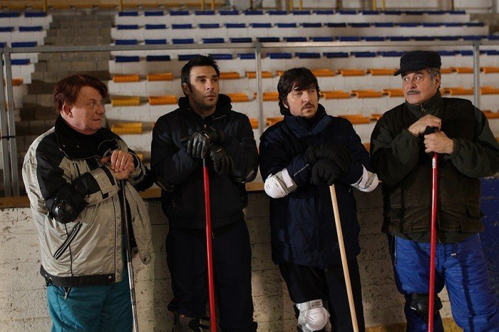La Mossa Del Pinguino Ennio Fantastichini Si Allena Sul Campo Di Curling Con Edoardo Leo Antonello F 293762
