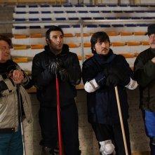 La mossa del pinguino: Ennio Fantastichini si allena sul campo di curling con Edoardo Leo, Antonello Fassari e Ricky Memphis