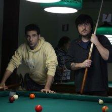 La mossa del pinguino: Ricky Memphis con Edoardo Leo in una scena del film