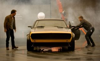 Transformers: Age of Extinction: Mark Wahlberg e Jack Reynor in una scena