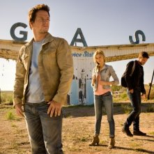 Transformers: Age of Extinction: Mark Wahlberg, Nicola Peltz e Jack Reynor in una scena